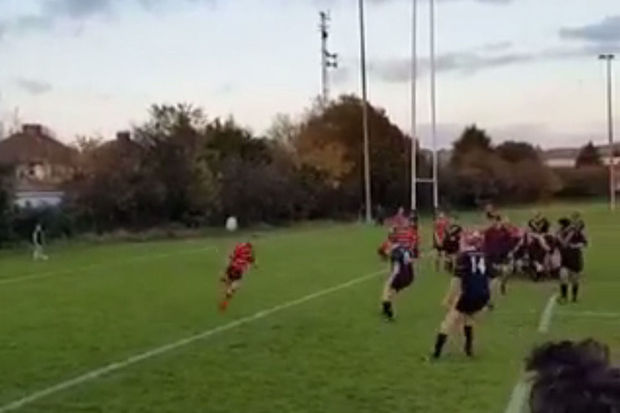 Rugbyspeler scoort na geniaal hakje over verdediging (video)