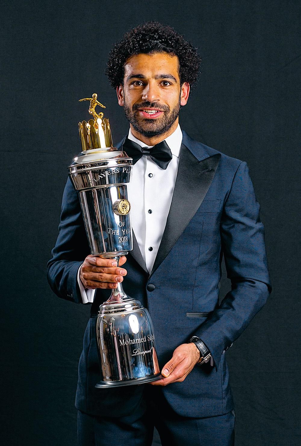 Mo Salah met zijn trofee van Player of the Year in de Premier League., BELGAIMAGE