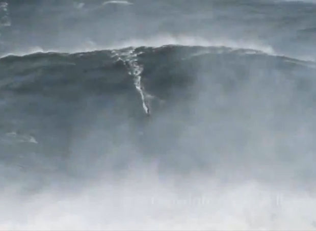 Surfer Garrett McNamara 'verbreekt eigen record op hoogste golf' (video)