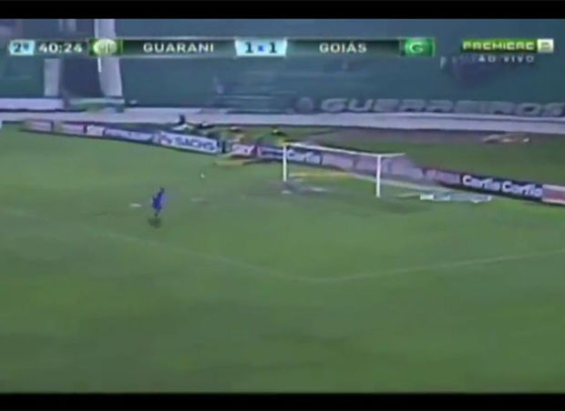 Braziliaan scoort spectaculaire owngoal (video)