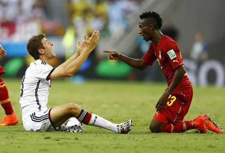 Thomas Müller en Harrison Afful in discussie tijdens Duitsland-Ghana