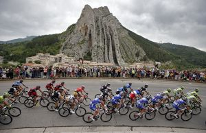 The pack of riders pass a rock formation in Sisteron during the 15th stage of the Tour de France cycle race between Tallard and Nimes, July 20, 2014.  REUTERS/Jacky Naegelen (FRANCE  - Tags: SPORT CYCLING)   - RTR3ZE7S
