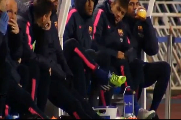 Video: lachen Neymar en Messi hier met hun trainer bij Barcelona?